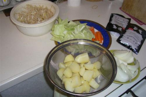 野菜や具を入れる
